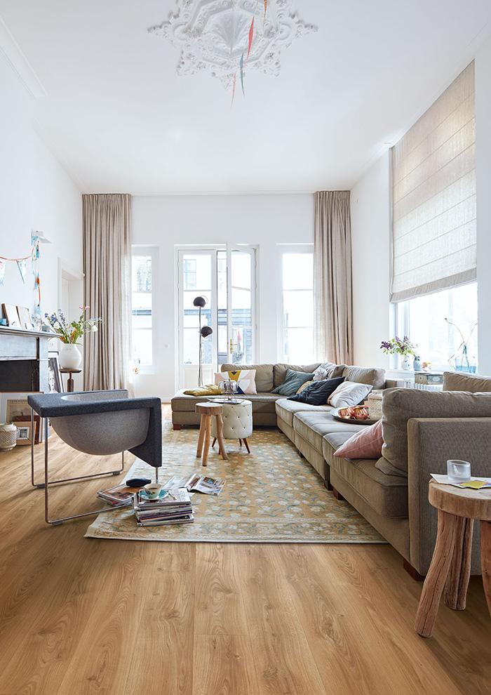 gemuetliches wohnzimmer mit holzboden