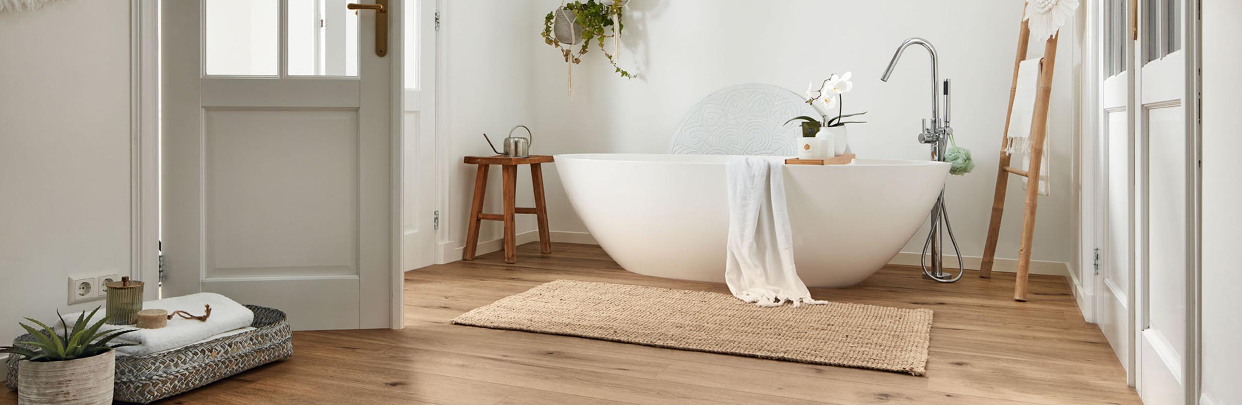laminat in gemuetlichem badezimmer