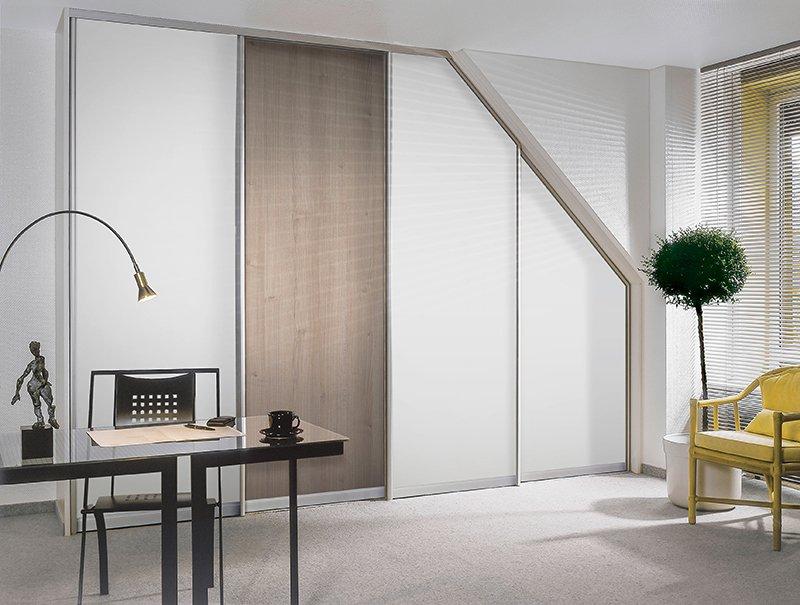 minimalistisches arbeitszimmer mit gleittuer